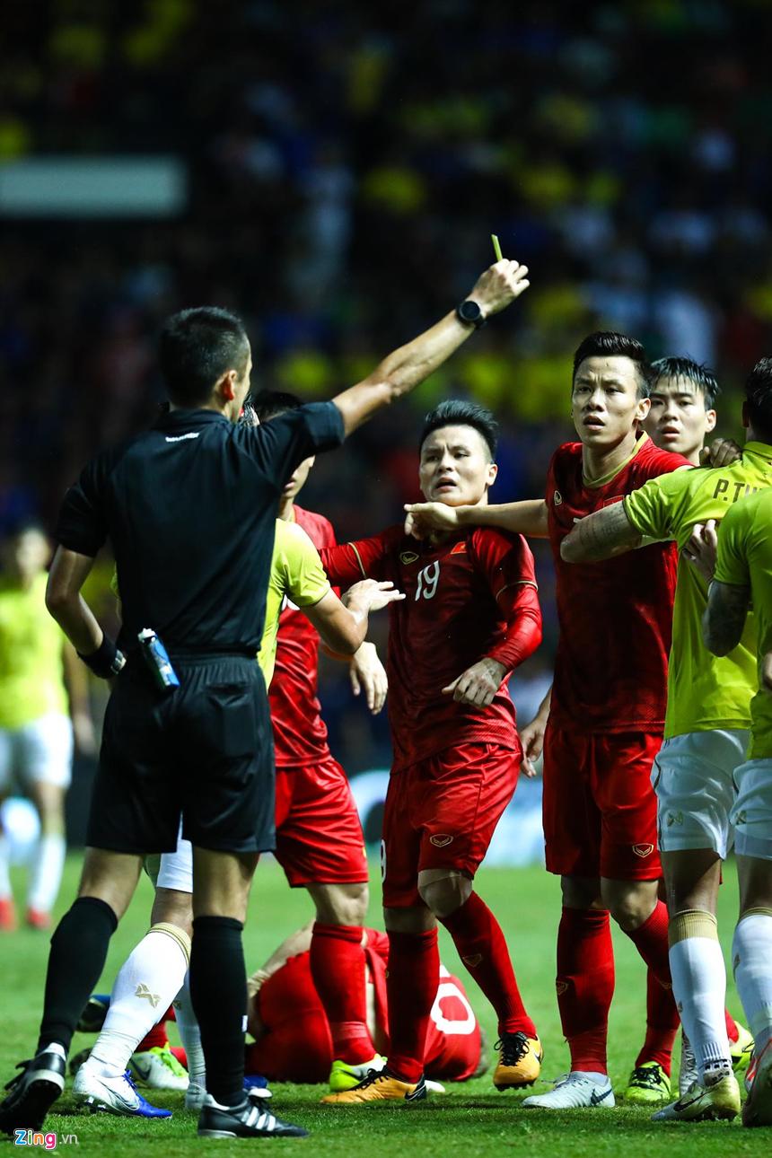 Công Phượng bị chơi xấu, Quang Hải nổi giận chỉ tay vào mặt đối thủ-6
