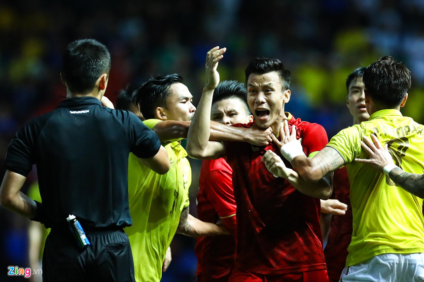Công Phượng bị chơi xấu, Quang Hải nổi giận chỉ tay vào mặt đối thủ-7