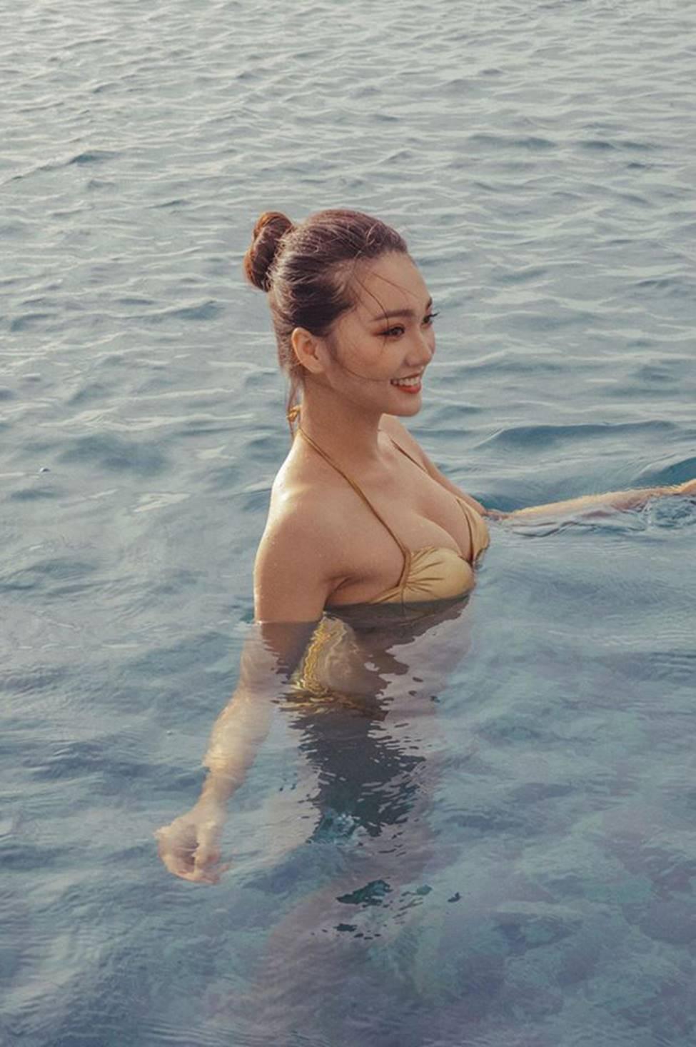 Bạn gái tin đồn của tiền vệ Văn Đức gợi cảm với loạt ảnh bikini-5