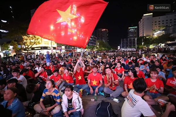 Nhìn lại chuỗi cảm xúc biến động của CĐV Việt Nam trong trận thắng ngộp thở 1-0 trước Thái Lan-1