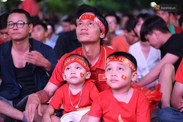 Nhìn lại chuỗi cảm xúc biến động của CĐV Việt Nam trong trận thắng ngộp thở 1-0 trước Thái Lan-2
