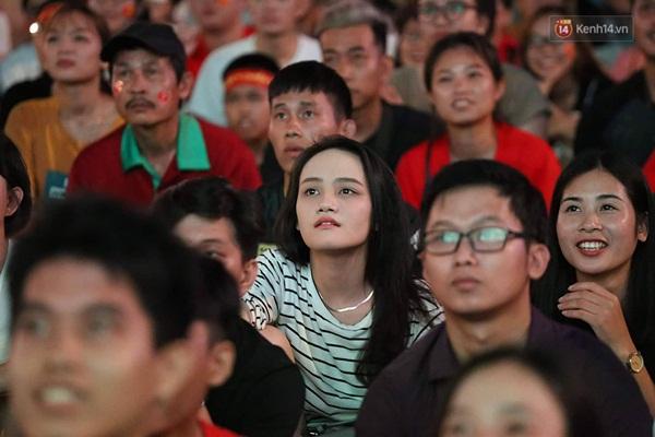 Nhìn lại chuỗi cảm xúc biến động của CĐV Việt Nam trong trận thắng ngộp thở 1-0 trước Thái Lan-3