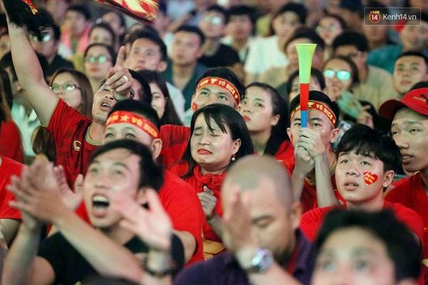 Nhìn lại chuỗi cảm xúc biến động của CĐV Việt Nam trong trận thắng ngộp thở 1-0 trước Thái Lan-5