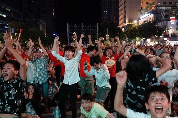 Nhìn lại chuỗi cảm xúc biến động của CĐV Việt Nam trong trận thắng ngộp thở 1-0 trước Thái Lan-7
