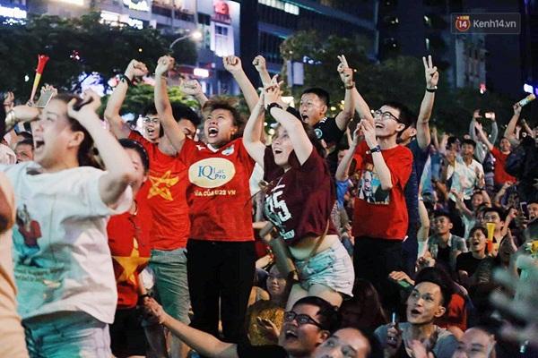 Nhìn lại chuỗi cảm xúc biến động của CĐV Việt Nam trong trận thắng ngộp thở 1-0 trước Thái Lan-8