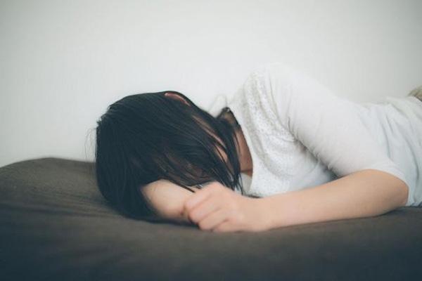 Nhờ bố dượng bôi thuốc ngứa lên chân, thiếu nữ 16 tuổi gặp chuyện kinh hoàng-1