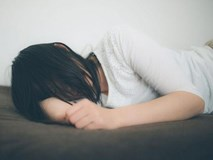 Nhờ bố dượng bôi thuốc ngứa lên chân, thiếu nữ 16 tuổi gặp chuyện kinh hoàng