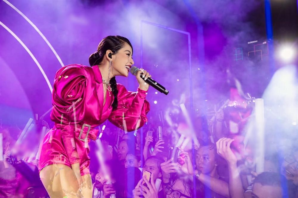 Chưa hết ngán ngẩm vì màn hát live như sắp xỉu của Chi Pu, fan lại chán hẳn với bộ đồ diễn như cô bé đô con-2