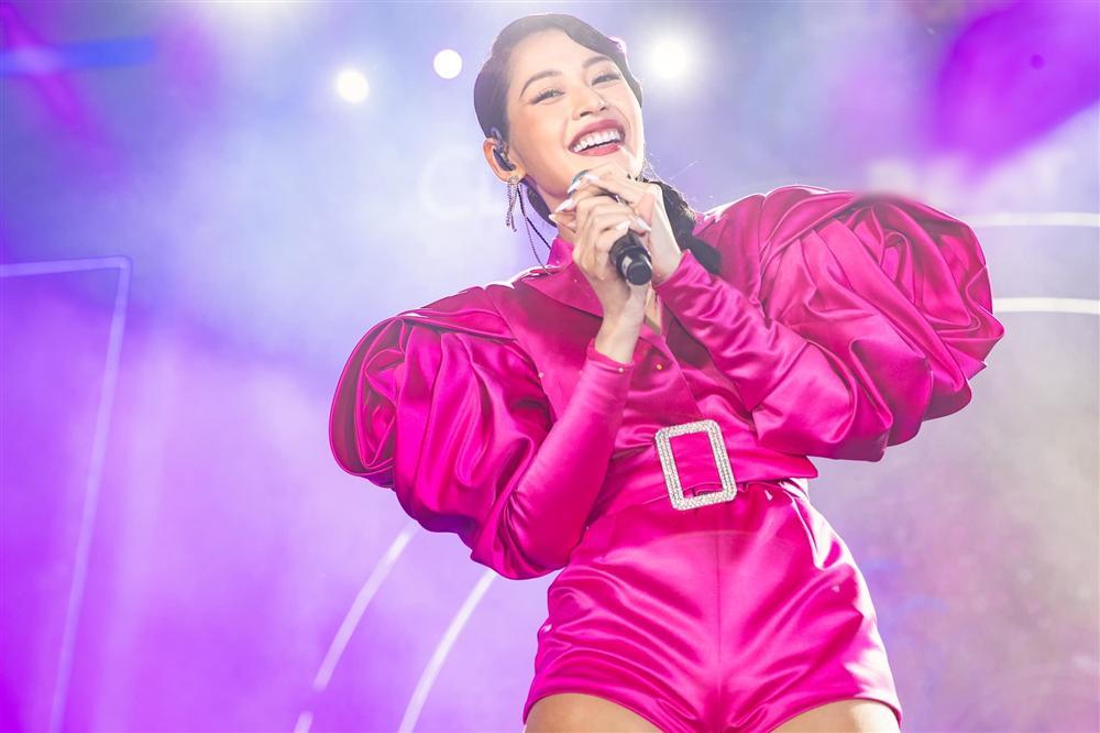 Chưa hết ngán ngẩm vì màn hát live như sắp xỉu của Chi Pu, fan lại chán hẳn với bộ đồ diễn như cô bé đô con-3