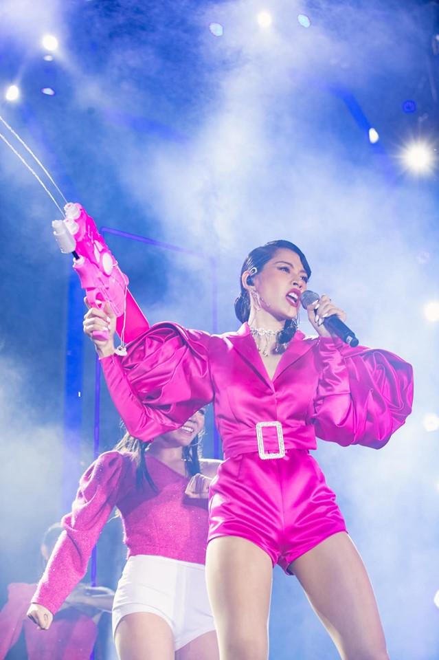 Chưa hết ngán ngẩm vì màn hát live như sắp xỉu của Chi Pu, fan lại chán hẳn với bộ đồ diễn như cô bé đô con-4