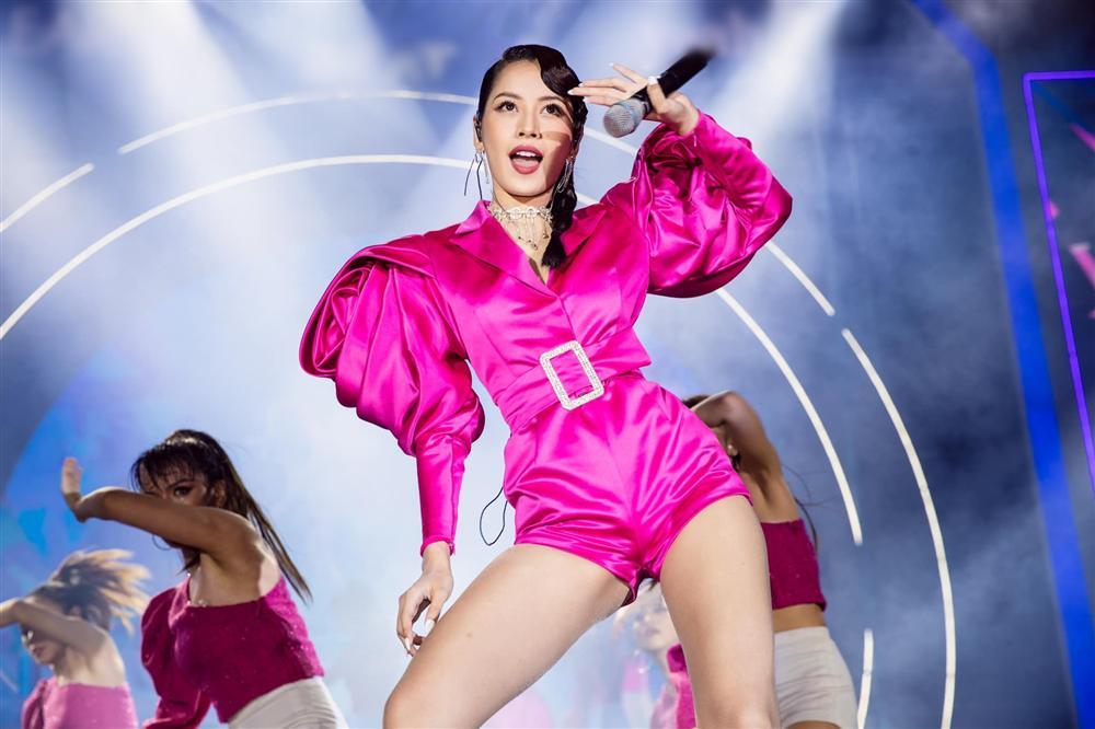 Chưa hết ngán ngẩm vì màn hát live như sắp xỉu của Chi Pu, fan lại chán hẳn với bộ đồ diễn như cô bé đô con-5