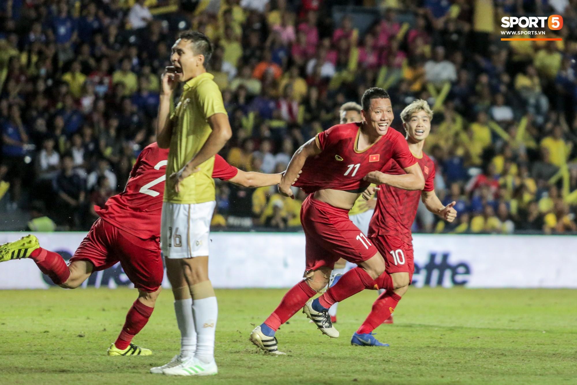 Hài hước: Tiền vệ tuyển Việt Nam bị trọng tài xin lại bụng bầu sau màn ăn mừng kinh điển-1