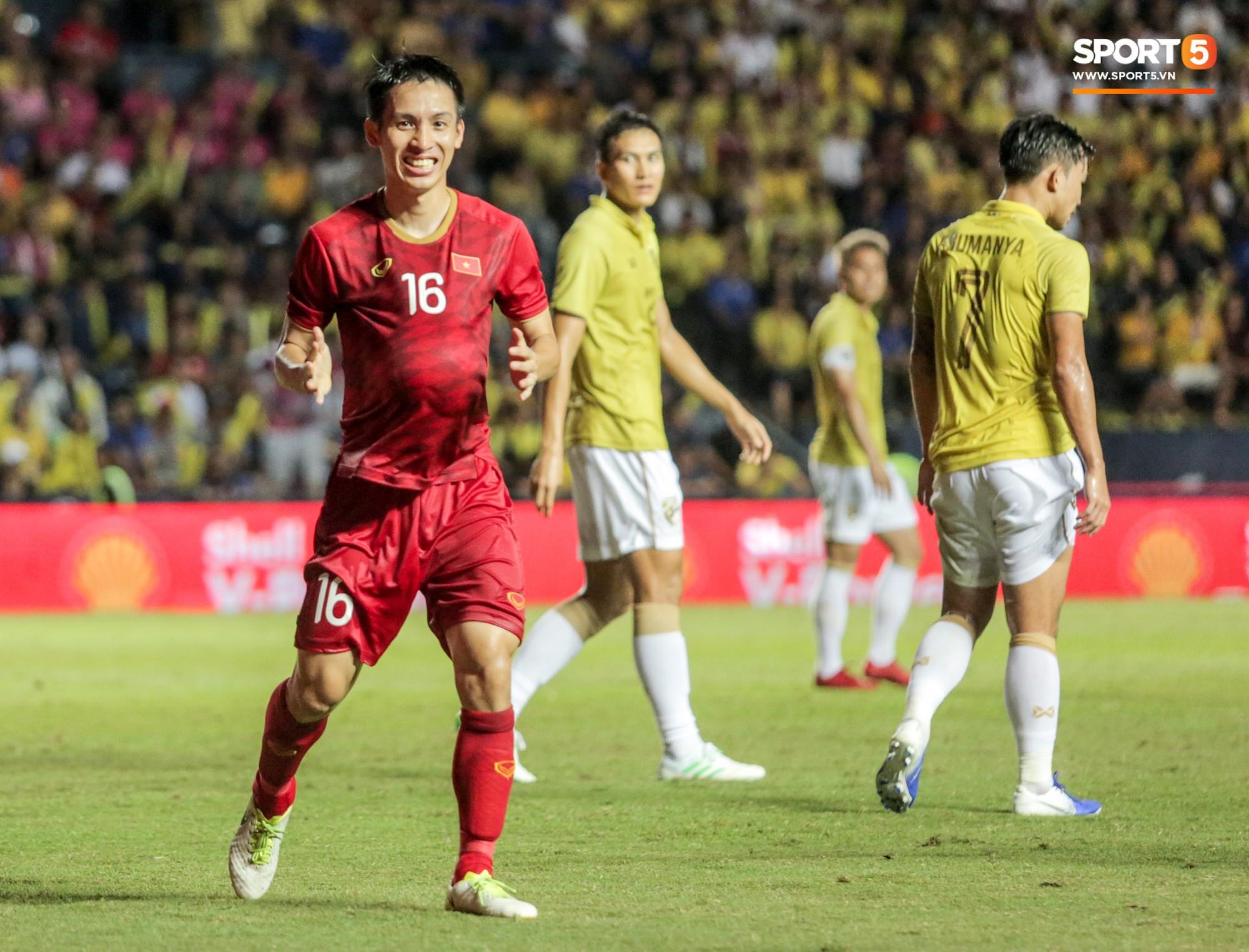 Hài hước: Tiền vệ tuyển Việt Nam bị trọng tài xin lại bụng bầu sau màn ăn mừng kinh điển-2