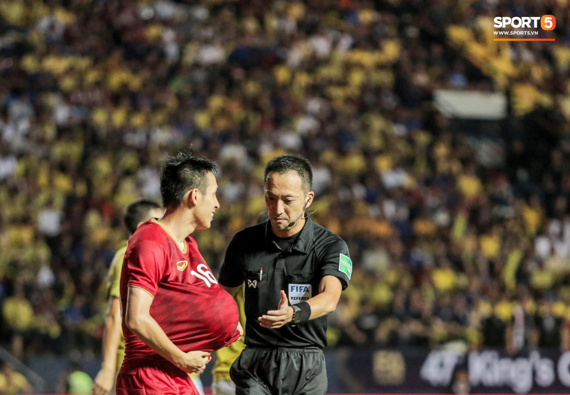 Hài hước: Tiền vệ tuyển Việt Nam bị trọng tài xin lại bụng bầu sau màn ăn mừng kinh điển-6