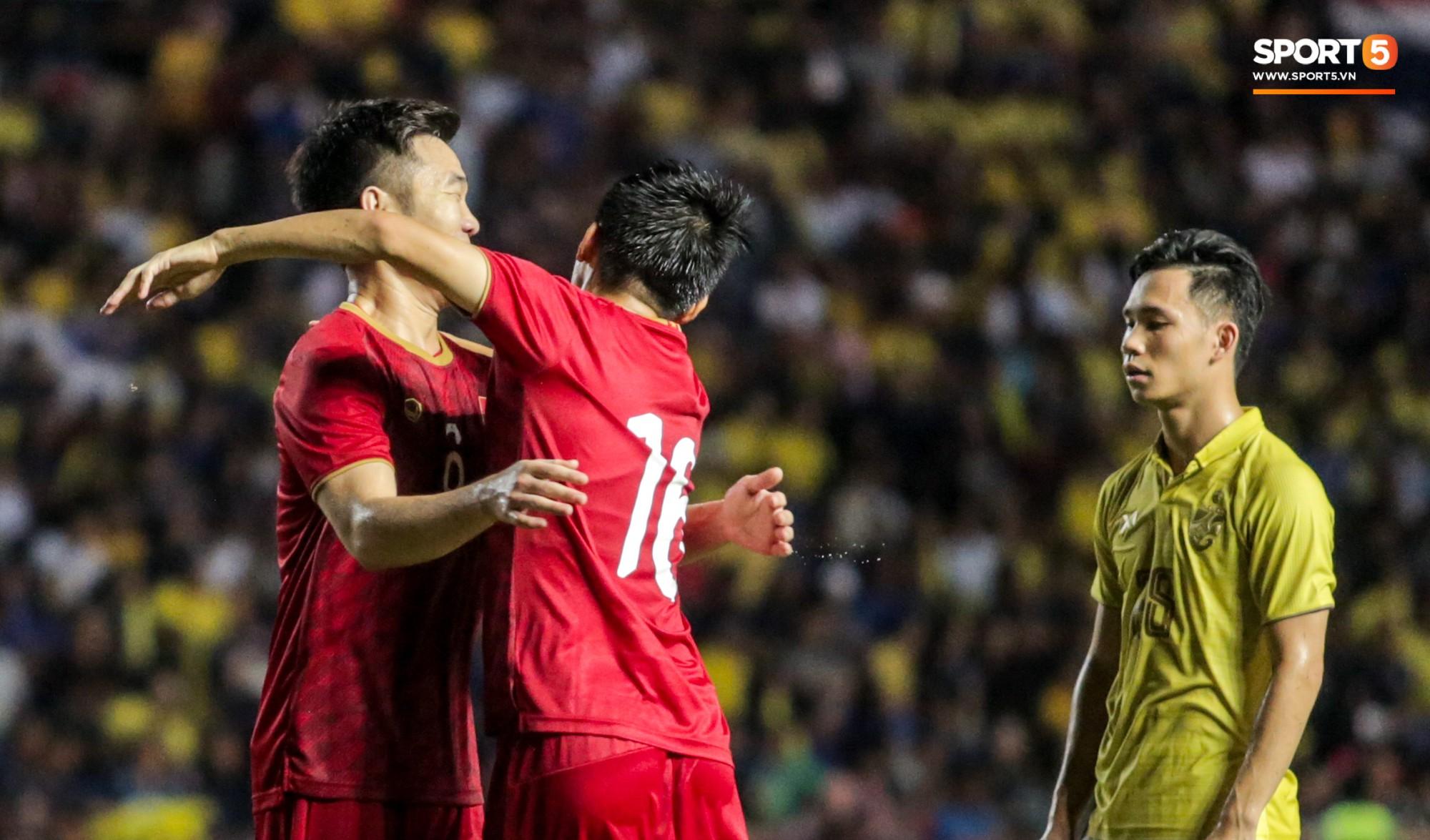 Hài hước: Tiền vệ tuyển Việt Nam bị trọng tài xin lại bụng bầu sau màn ăn mừng kinh điển-7