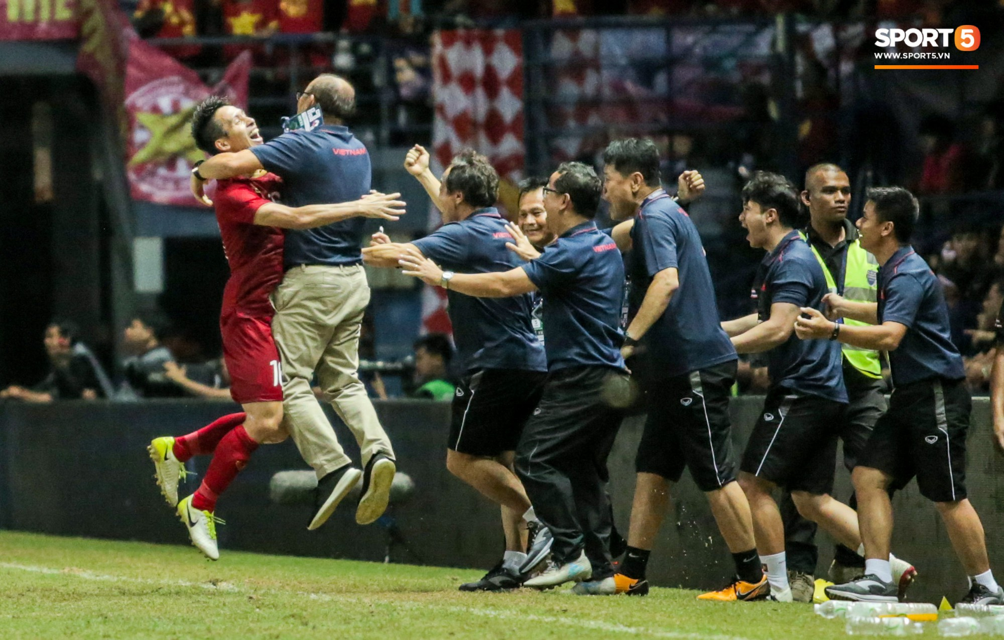 Hài hước: Tiền vệ tuyển Việt Nam bị trọng tài xin lại bụng bầu sau màn ăn mừng kinh điển-9