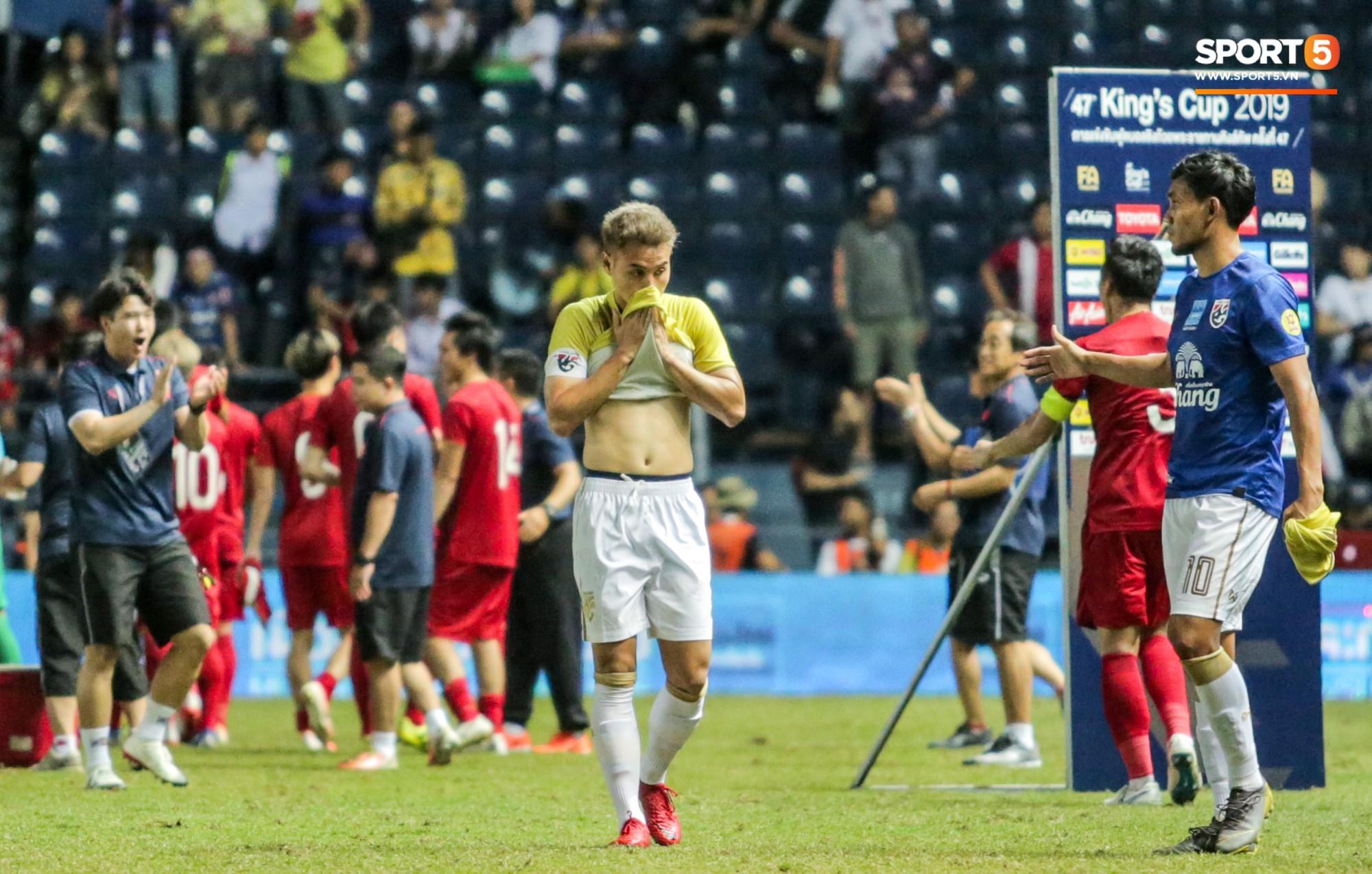 Hài hước: Tiền vệ tuyển Việt Nam bị trọng tài xin lại bụng bầu sau màn ăn mừng kinh điển-11