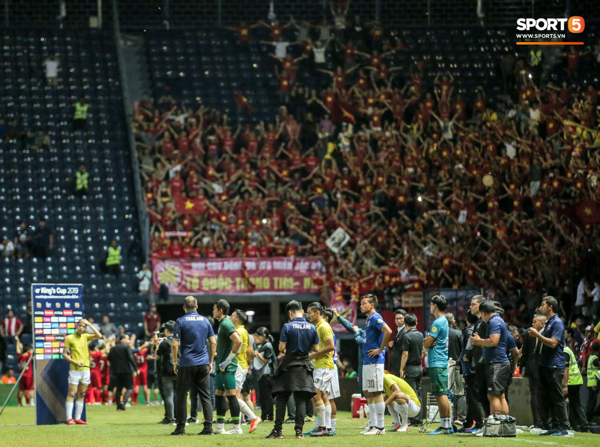 Hài hước: Tiền vệ tuyển Việt Nam bị trọng tài xin lại bụng bầu sau màn ăn mừng kinh điển-12