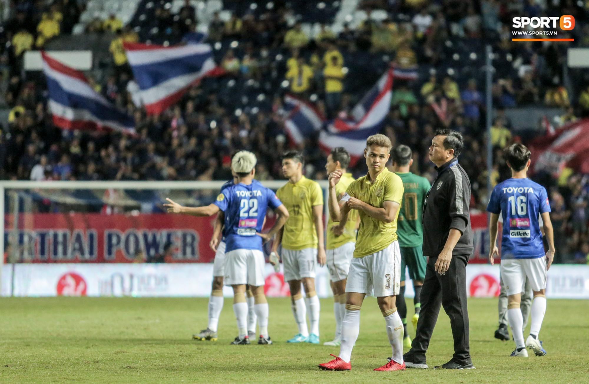 Hài hước: Tiền vệ tuyển Việt Nam bị trọng tài xin lại bụng bầu sau màn ăn mừng kinh điển-13