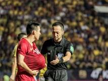 Hài hước: Tiền vệ tuyển Việt Nam bị trọng tài xin lại