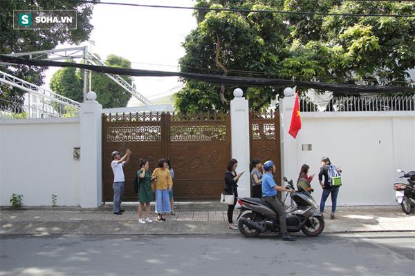 Clip nhà bà Lê Hoàng Diệp Thảo đóng kín cổng, nhân viên thi hành án phải lập biên bản ngoài đường-1