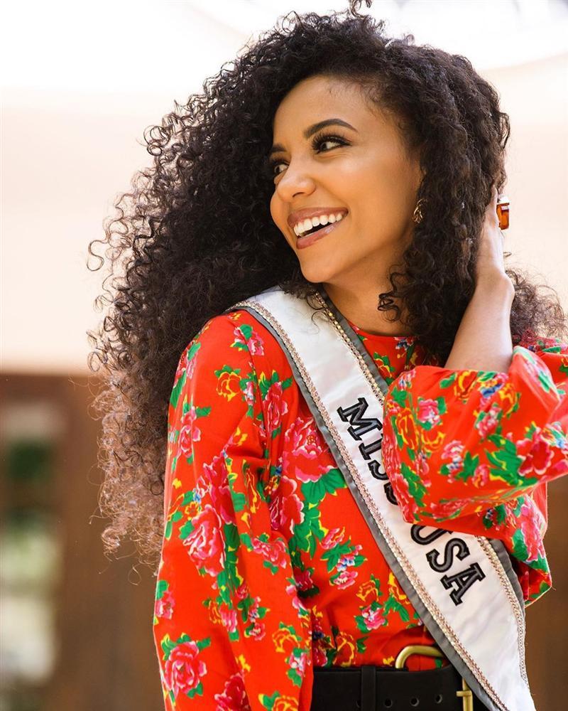 Cuộc chiến váy áo cực gắt của Hoàng Thùy và đối thủ Miss Universe 2019 khi cùng khoác chăn con công-3