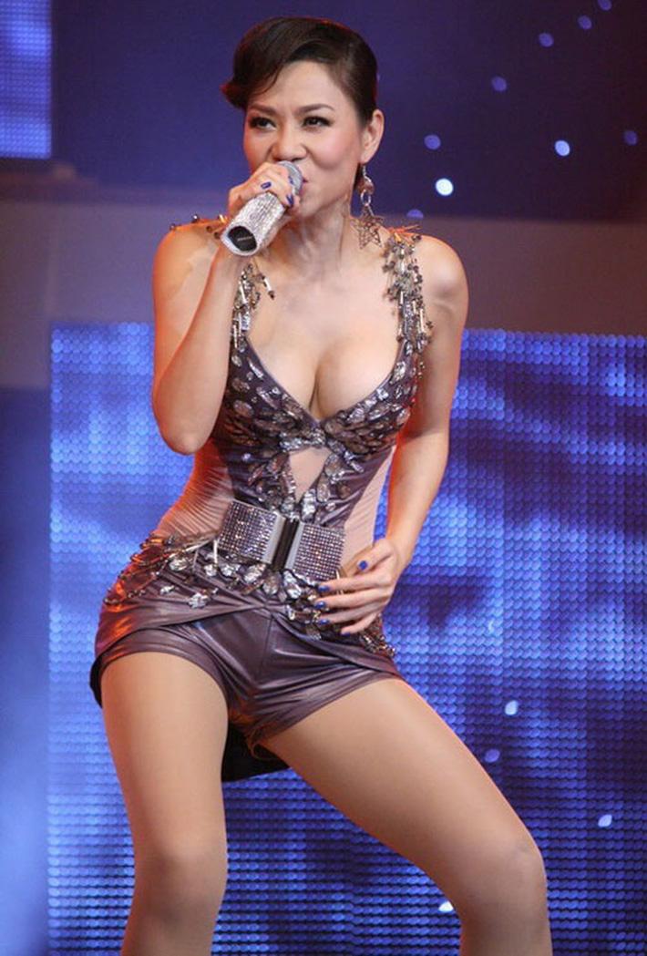 Không chỉ vụ đầm siêu hở của Ngọc Trinh, rất nhiều người đẹp từng bị xử phạt vì ăn mặc sexy phản cảm-8