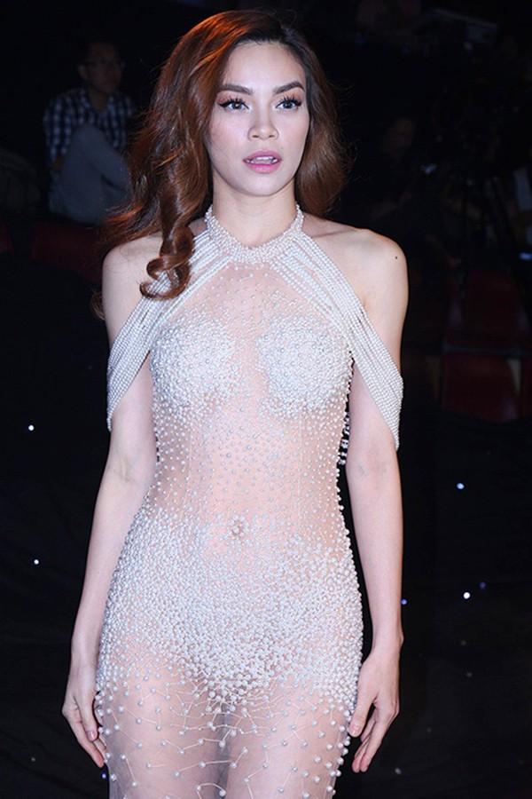 Không chỉ vụ đầm siêu hở của Ngọc Trinh, rất nhiều người đẹp từng bị xử phạt vì ăn mặc sexy phản cảm-3