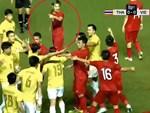 Nhận 2 thẻ vàng trong 20 giây, cầu thủ thản nhiên rời sân rồi để lại nụ cười đầy ẩn ý-4