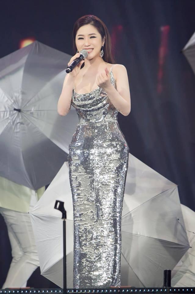 Đi Mỹ du học chưa lâu, Hương Tràm đăng clip hát live cực khủng nhưng bất ngờ thay fan lại chỉ chú ý đến... vòng eo-4