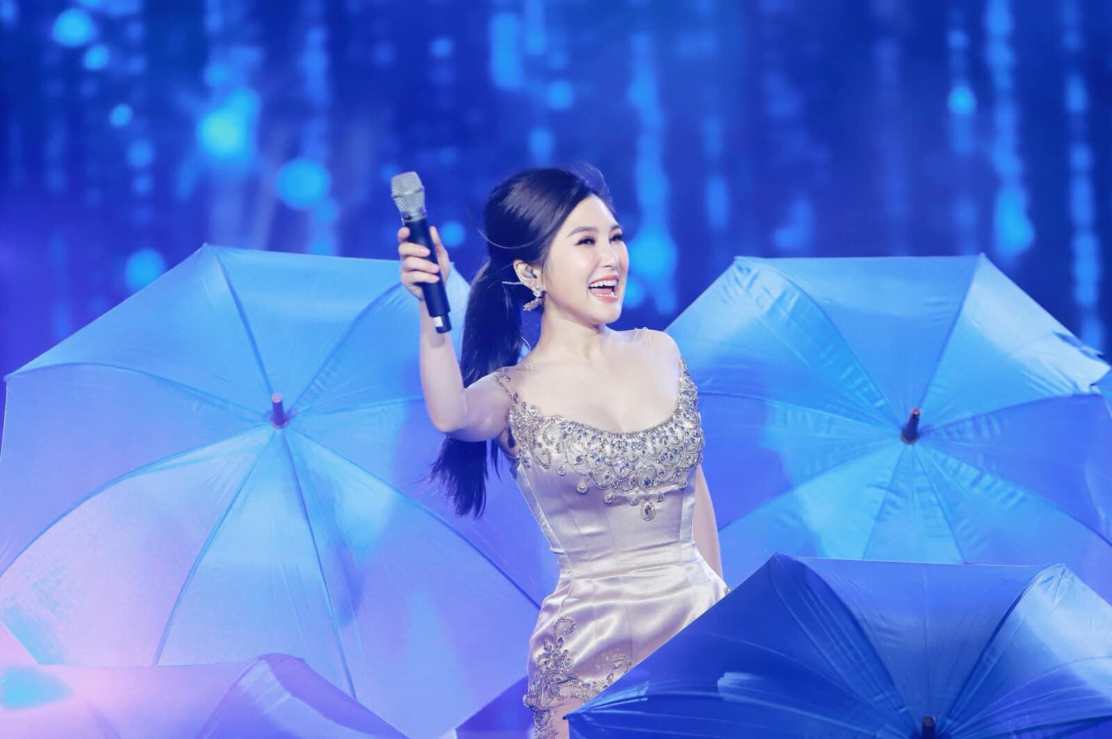 Đi Mỹ du học chưa lâu, Hương Tràm đăng clip hát live cực khủng nhưng bất ngờ thay fan lại chỉ chú ý đến... vòng eo-3