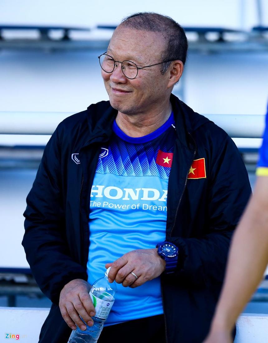 HLV Park Hang-seo hỏi thăm Văn Hậu sau cái tát của cầu thủ Thái Lan-1