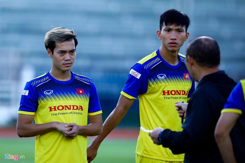 HLV Park Hang-seo hỏi thăm Văn Hậu sau cái tát của cầu thủ Thái Lan-3