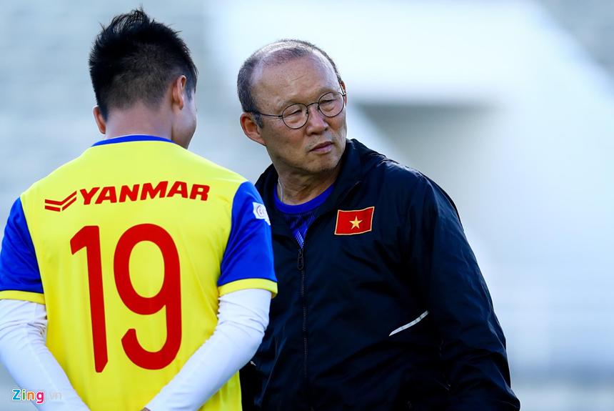 HLV Park Hang-seo hỏi thăm Văn Hậu sau cái tát của cầu thủ Thái Lan-4