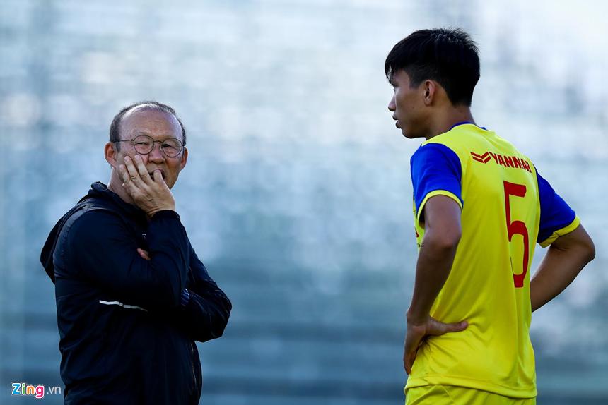 HLV Park Hang-seo hỏi thăm Văn Hậu sau cái tát của cầu thủ Thái Lan-5