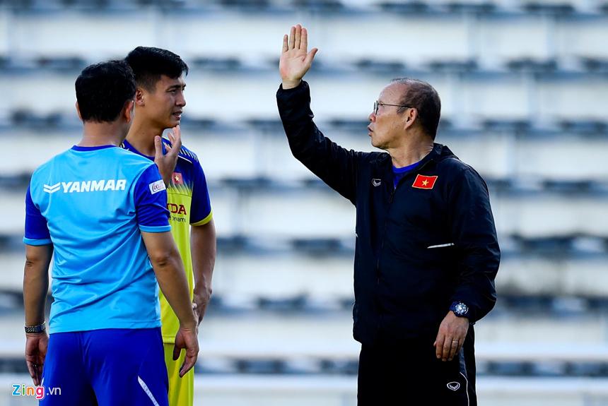 HLV Park Hang-seo hỏi thăm Văn Hậu sau cái tát của cầu thủ Thái Lan-6