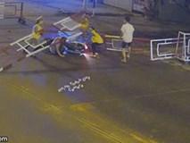 Thanh niên tông gãy thanh chắn tàu, mắc kẹt, cả chục người lao tới giải cứu: 30 giây ngàn cân treo sợi tóc
