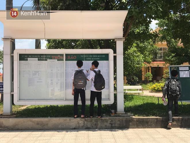 Giám đốc Sở GD&ĐT Quảng Bình nói gì khi một nữ sinh quỳ gối khóc nức nở trước cổng trường vì không biết lịch thi lại môn Văn-1