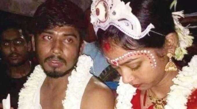 Yêu 8 năm mà bạn gái đột ngột đi lấy chồng, thanh niên cầm biển đòi lại thanh xuân tuyệt thực trước cửa nhà người yêu và cái kết không tưởng-2