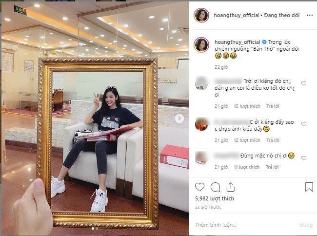 Á hậu Hoàng Thùy gây tranh cãi khi khoe chụp ảnh cùng khung ảnh bàn thờ, netizen chỉ trích: Vui thôi đừng vui quá-1