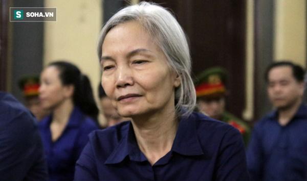 Bà trùm tóc bạc trắng của Ngân hàng Đông Á bị sốc, phải dìu ra ngoài khi nghe tòa tuyên án-2