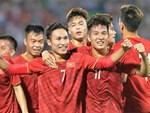 Hình ảnh cảm động: U23 Việt Nam đội mưa đi khắp khán đài cảm ơn người hâm mộ sau trận thắng U23 Myanmar-19