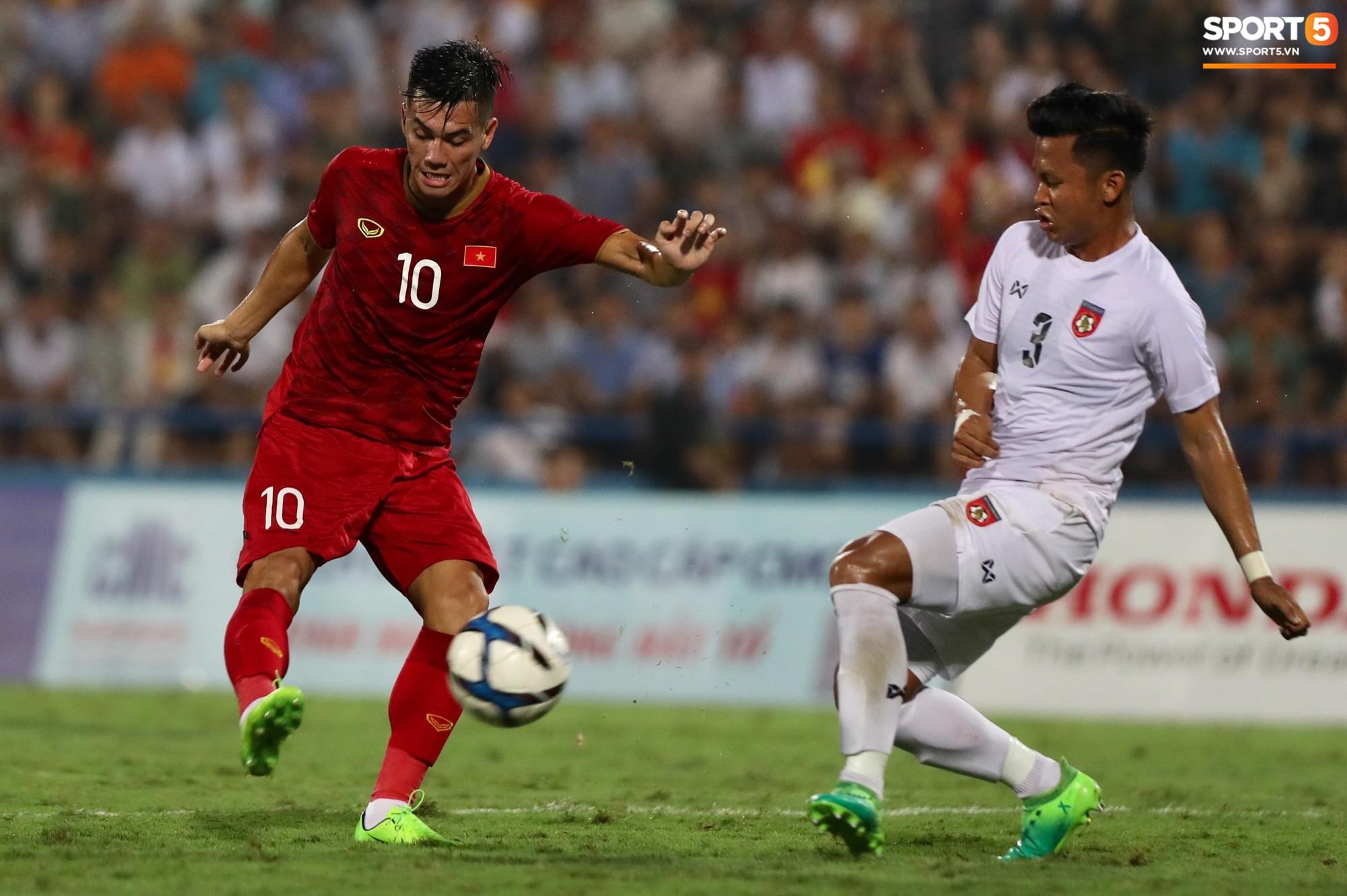 Hình ảnh cảm động: U23 Việt Nam đội mưa đi khắp khán đài cảm ơn người hâm mộ sau trận thắng U23 Myanmar-1