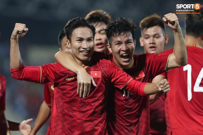 Hình ảnh cảm động: U23 Việt Nam đội mưa đi khắp khán đài cảm ơn người hâm mộ sau trận thắng U23 Myanmar-2