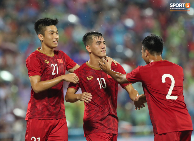 Hình ảnh cảm động: U23 Việt Nam đội mưa đi khắp khán đài cảm ơn người hâm mộ sau trận thắng U23 Myanmar-3