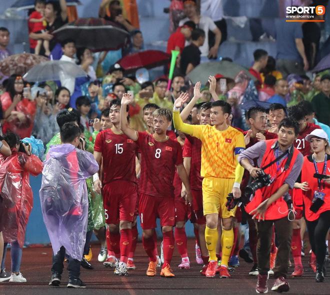 Hình ảnh cảm động: U23 Việt Nam đội mưa đi khắp khán đài cảm ơn người hâm mộ sau trận thắng U23 Myanmar-4