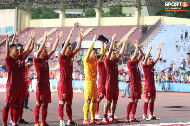 Hình ảnh cảm động: U23 Việt Nam đội mưa đi khắp khán đài cảm ơn người hâm mộ sau trận thắng U23 Myanmar-5