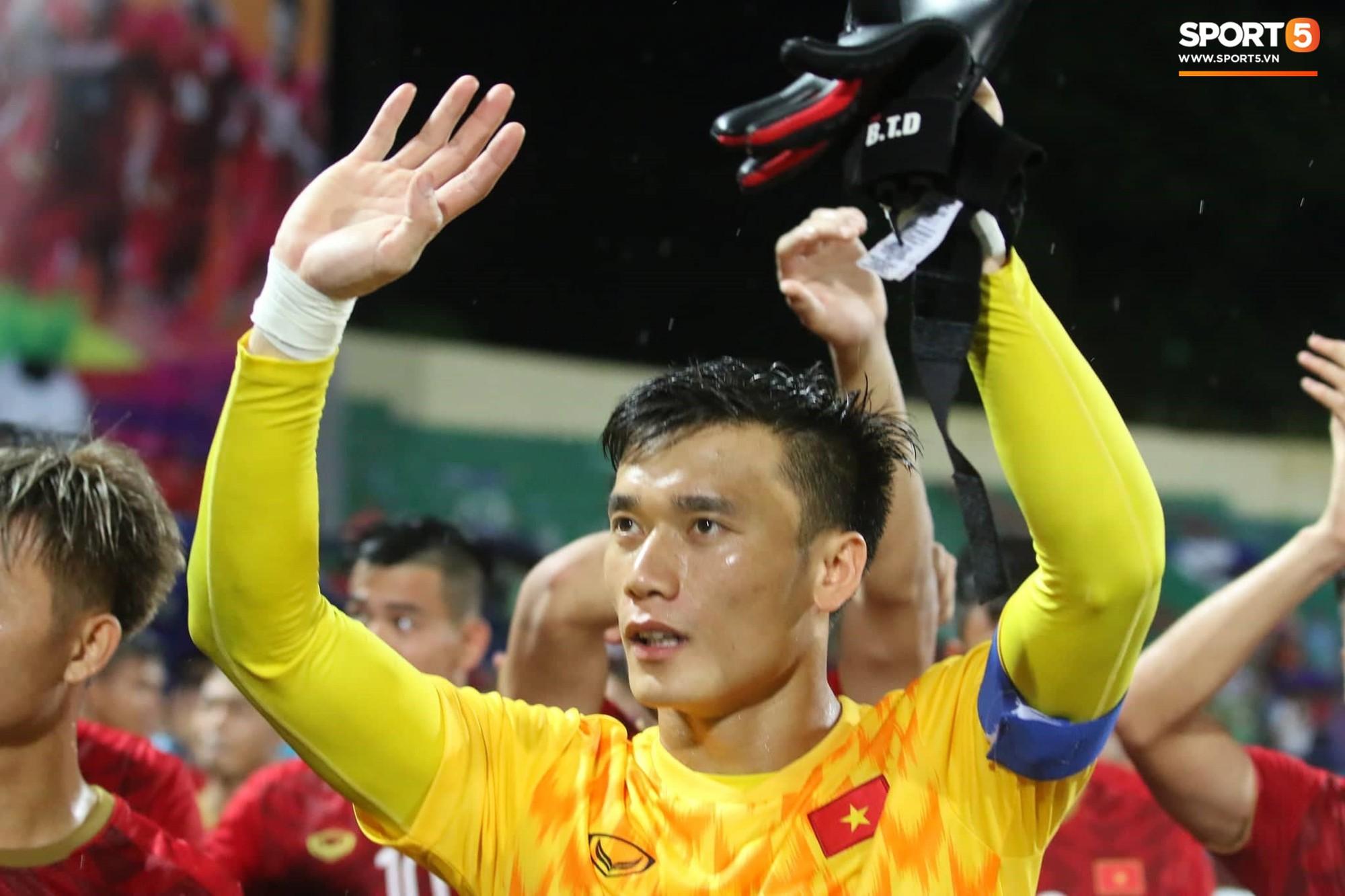 Hình ảnh cảm động: U23 Việt Nam đội mưa đi khắp khán đài cảm ơn người hâm mộ sau trận thắng U23 Myanmar-6
