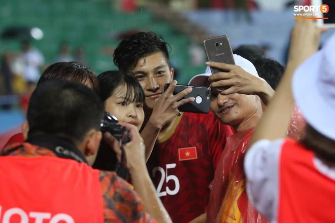 Hình ảnh cảm động: U23 Việt Nam đội mưa đi khắp khán đài cảm ơn người hâm mộ sau trận thắng U23 Myanmar-7