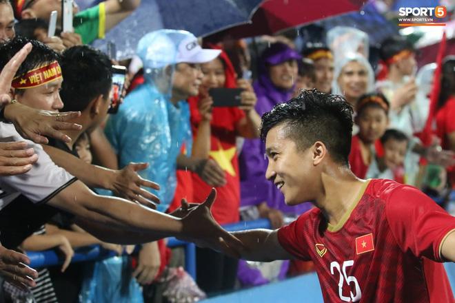 Hình ảnh cảm động: U23 Việt Nam đội mưa đi khắp khán đài cảm ơn người hâm mộ sau trận thắng U23 Myanmar-8